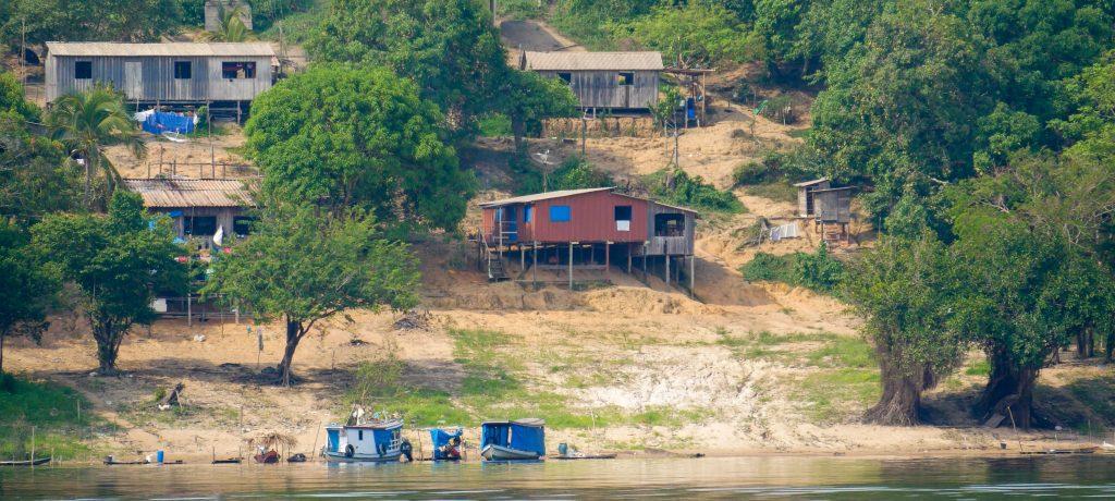 Bunter Holzhäuser an einem Fluss